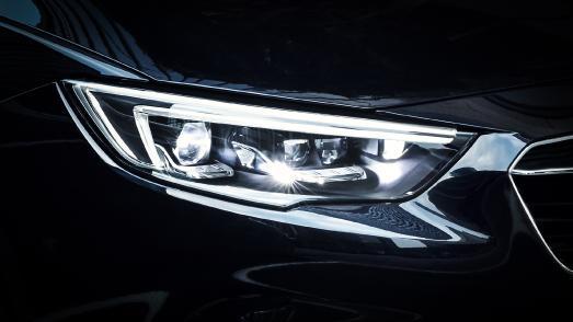 Taghell: Mit den adaptiven IntelliLux LED® Matrix-Scheinwerfern sind Opel Astra- und Opel Insignia-Fahrer (Insignia im Bild) mit permanentem Fernlicht unterwegs – ohne dabei den vorausfahrenden oder entgegenkommenden Verkehr zu blenden