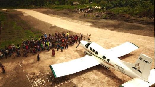 Dorfbevölkerung von Wetap mit AAS-Flugzeug, © Foto: Adventist Record