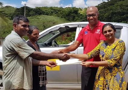Übergabe mit Landesdirektor von ADRA Fidschi, Iliapi Tuwai (2. von rechts) / © Foto: ADRA Fidschi