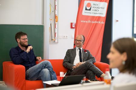 Die Diskutanten auf dem Podium, v.l.: Stefan Füsers (Hamburger Netzwerk Grundeinkommen) und Prof.Dr. Dierks (FH Lübeck). Foto: FH Lübeck
