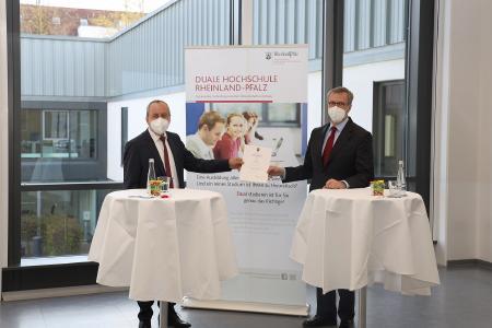 Wissenschaftsminister Prof. Dr. Konrad Wolf übergibt die Ernennungsurkunde an Prof. Dr. Jens Hermsdorf / Bild: © Hochschule Worms / Hoppe-Dörwald