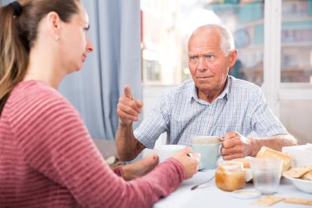Viele ältere Menschen denken bei einem Hausnotruf an den Verlust der Selbstständigkeit. Genau das Gegenteil ist der Fall. Angehörigen sollten sich die Zeit nehmen, es in Ruhe zu erklären.