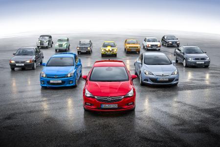 Familientreffen: hinten sämtliche Opel Kadett-Generationen, vorn alle Astra – angeführt vom jüngsten Modell, dem Auto des Jahres 2016.