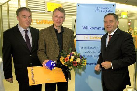 Die Berliner Flughäfen begrüßten am 17.12.2007 den 19-millionsten Passagier Prof. Dr. Christoph Meinel (Mitte). Thomas Kropp, Leiter Konzernpolitik Lufthansa, und Dr. Rainer Schwarz, Sprecher der Geschäftsführung der Berliner Flughäfen, gratulierten