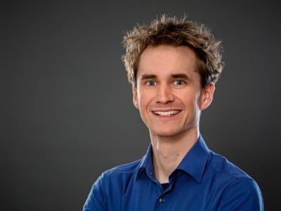 """Der Neurowissenschaftler Dr. Henning Beck vermittelt den beim Ergotherapie-Kongress anwesenden Ergotherapeuten, wie ihr Gehirn Neues speichert und versteht – beste Voraussetzungen, um möglichst viel vom Kongress """"mitzunehmen"""" / © Beck"""
