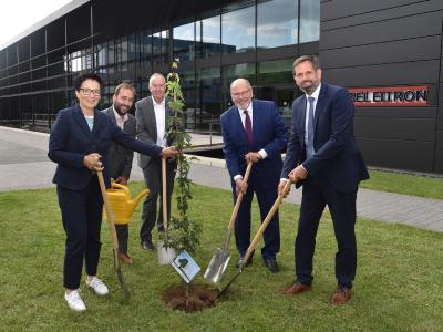 Haben den Baum, das Gastgeschenk des Ministers, direkt eingepflanzt: Niedersachsens Umweltminister Olaf Lies, Dr. Ulrich Stiebel, Dr. Nicholas Matten, Johannes Schraps und Sabine Tippelt (von rechts).