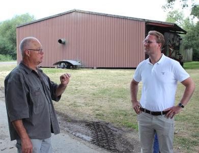Erster Kreisbeigeordneter Dr. Jens Mischak im Gespräch mit Landwirtschaftsmeister Erich Müller.  Fotos: Jennifer Sippel / Vogelsbergkreis