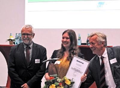 Henrike Fabienke gemeinsam mit dem Geschäftsführer der Flugplatzgesellschaft Schönhagen, Dr.-Ing. Klaus Jürgen Schwahn (l.) und dem Vorstandsvorsitzenden der Otto-Lilienthal-Stiftung, Prof. Dr. Andreas Timmermann