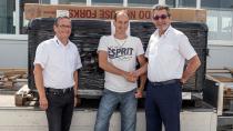 Bertram Krainz (links) und Otmar Knoll (rechts) gratulieren John Sautter zum Gewinn des Whirlpools.