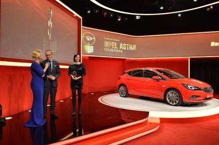 """And the winner is: Der neue Opel Astra gewinnt das """"Goldene Lenkrad 2015"""", Opel-Chef Dr. Karl-Thomas Neumann bekommt die Auszeichnung von Moderatorin Barbara Schöneberger (links)."""