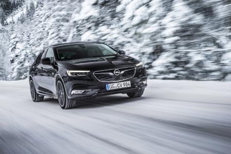 Fester Halt auf Schnee und Eis: Der Opel Insignia fährt auf Wunsch mit dem intelligenten Allradantrieb mit Torque Vectoring vor. Anstelle eines konventionellen, offenen Hinterachsdifferenzials verfügt das Flaggschiff über zwei elektronisch gesteuerte Lamellen-Kupplungen
