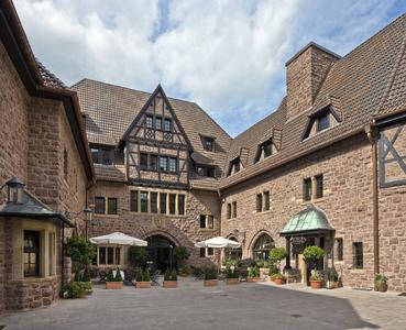 ) Im äußeren Erscheinungsbild lehnt sich das Hotel auf der Wartburg weitgehend an die neun Jahrhunderte zuvor entstandene Burg an. Dächer und Fassade wurden im Sommer 2011 ebenso überarbeitet wie die meisten Zimmer, Foto: Caparol Farben Lacke Bautenschutz/Martin Duckek