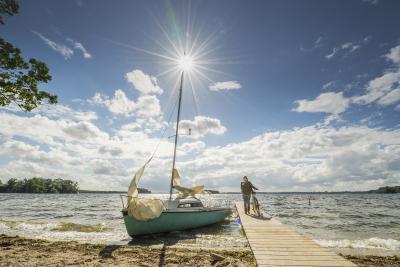 Auch der Plöner See liegt in der Holsteinischen Schweiz. Hier laden zahlreiche Seen und Wälder zu Radtouren, Wanderungen und Picknicks ein