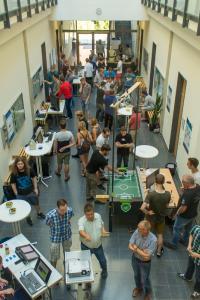 Zahlreiche Gäste informieren sich auf der traditionellen Projektmesse der Fakultät Ingenieurwissenschaften und Informatik (IuI) über Ergebnisse der sieben Teams (Foto: Hochschule Osnabrück / Jan Rüter)