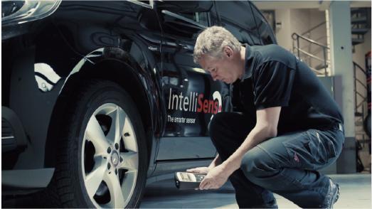 Udo Ginsterblum, Produkttrainer bei Huf, prüft den Reifendruck mit einem RDKS-Diagnosegerät