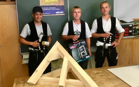 Der Wettbewerb der Zimmerer fand in der Kerschensteinerschule in Reutlingen statt. Zimmergeselle Rainer Frick (Mitte) belegte den ersten Platz, gefolgt von Leon Baisch (links) und Dominik Thiel