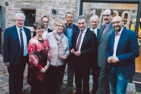 Gerhard Segmiller, Annette van Echelpoel, Dr. Dirk Notheis (alle Beiräte), Barbara Schäfer-Wiegand (Ehrenvorsitzende), Gerhard Meier-Röhn (Vorstand), Günther H. Oettinger (Schirmherr), Günter Mächtle (Vorstandsvorsitzender), Thomas Knapp (Vorstand), Jerome Braun (Geschäftsführung), (Bild: Stiftung Hänsel+Gretel)