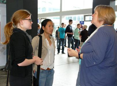 Für Katharina Harms und Lena Nguyen (von links) beginnt im Herbst das Studium des Industrial Designs. Letzte Informationen zum Studium gibt ihnen Annette Busch vom Studiendekanat