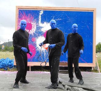 BLUE MAN GROUP begeistert mit farbenprächtiger Kunstaktion