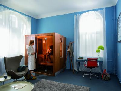 Zu den mit dem Blauen Engel ausgezeichneten KLAFS Saunen zählt auch die innovative und schon vielfach ausgezeichnete Zoom-Sauna S1 mit Innenausstattung aus unbehandeltem Hemlock- oder gewachstem Nussbaum-Holz. Foto: KLAFS GmbH & Co. KG