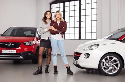 """""""Germany's next Topmodel"""" goes Social Media: Die Influencer-Schwestern Anna Maria (links) und Katharina Damm zeigen, was passiert, wenn man die Beiden mit ihrem persönlichen Opel zusammenbringt"""