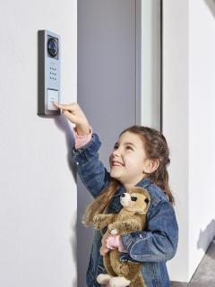 Ganz einfach alles im Blick: Siedle Compact mit Kamera ist der preisgünstige Einstieg in die Video-Türkommunikation / © S. Siedle & Söhne