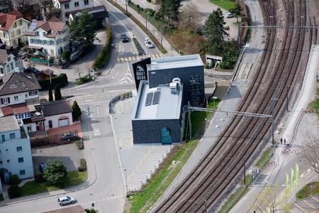 """Das hochmoderne Bürogebäude """"Kraftwerk"""" in Wil wurde von dem Architekten Roger Edelmann im Lager- und Industrielook konzipiert und besticht durch seine schwarze Klinkerfassade, Foto: Arson AG"""