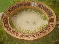 Die Reste eines ehemaligen hölzernen römischen Amphitheaters lassen sich in Künzing bei Deggendorf bestaunen. Archäologen machten den spektakulären Fund vor 15 Jahren. Die 35 mal 31 Meter große Arena bot einstmals rund 800 Zuschauern Platz / Foto: obx-news/Museum Quintana