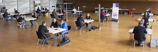 Beim Speed Dating in der Aula am Campus Westerberg trafen zwölf Unternehmen auf zwölf Studierende der Hochschule Osnabrück
