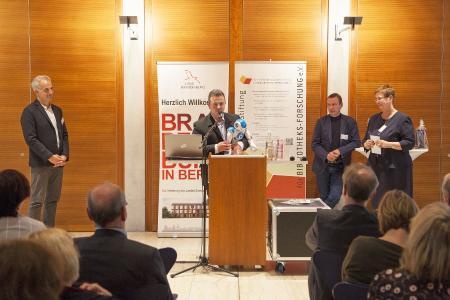 Wildaus stellvertretender Bürgermeister, Marc Anders, bedankt sich im Namen der Stadtbibliothek für die Auszeichnung, Fotograf / Quelle: TH Wildau / Henning Wiechers