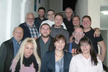 Die Teilnehmer der Umschulung zum Feinwerkmechaniker und ihre Ausbilder