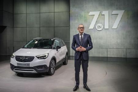 Genfer Automobilsalon 2017: Neue Allianz: Opel CEO Dr. Karl-Thomas Neumann stellt den neuen Crossland X vor, der bereits eine gemeinsame Entwicklung von Opel/Vauxhall und der PSA-Gruppe ist