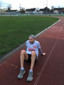 Florian Siebelmann nach dem Marathon auf dem Sportplatz