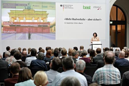 Dorothee Bär, Staatssekretärin beim BMVI bei der Eröffnung des Symposiums / Bild: Hans-Georg Gaul / Unfallforschung der Versicherer