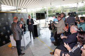Pressekonferenz: Am Mittwoch verkündete die Werksleitung von Kaiserslautern gemeinsam mit Opel-Chef Karl-Thomas Neumann (in Bildmitte) die zukunftsweisende Investition ins Werk Kaiserslautern