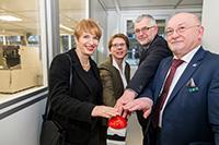 Wissenschaftsministerin Münch (l.) bei der symbolischen Inbetriebnahme des NanoLabs / © IHP