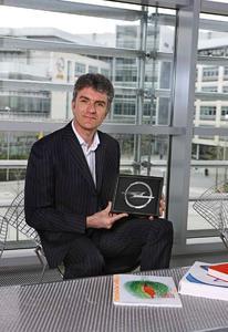 Mark Adams, Vice President GM Europe Design zeigt das neue Opel-Logo