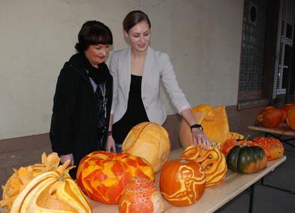 Beim Kürbiswettbewerb gewann Hanna Brill (rechts) den 3. Preis. Mutter Birgit kam extra aus Herford angereist, um sich die Arbeiten der Design-Studierenden anzusehen