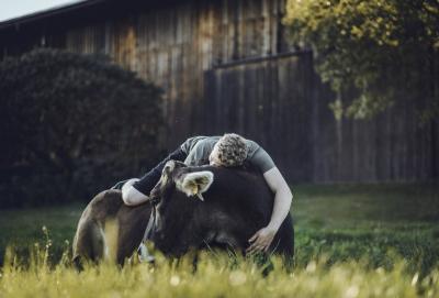 Ruhe vor der Süd - Nord Wanderung. 600 km machen sich Markus und seine Kuh auf den Weg, für die Michele Mesche die Schuhe für die Klauen anpasst. Markus hat seine Wanderschuhe bereits parat stehen. (Foto Jana Lorenz)