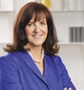 Heidi Weber-Mühleck, geschäftsführende Gesellschafterin von WeberHaus, freut sich mit ihrer Belegschaft über eine hochkarätige Auszeichnung