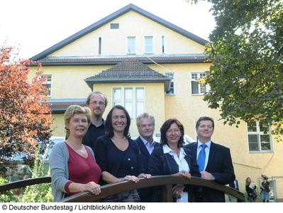 Mitglieder des Unterausschusses des Deutschen Bundestages Kommission zur Wahrnehmung der Belange der Kinder (Kinderkommission, KiKo) besuchen das Kinderhospiz Sonnenhof in Berlin. Hier mit der Leiterin des Hospiz vor dem Gebäude, Pia Heinreich, (li). Till Seiler, (2.v.li), Bündnis 90/Die Grünen, Nicole Bracht-Bendt, (3.v.li), FDP, Vorsitzende der Kommission, Rainer Rettinger, (3.v.re), Bundesverband Kinderhospiz e. V., Sabine Kraft, Geschäftsführerin Bundesverband Kinderhospiz e.V., Eckhard Pols, (re), CDU/CSU.