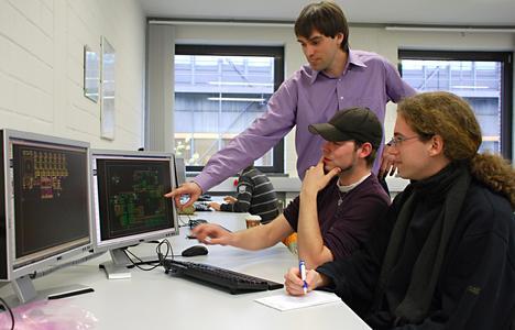 Freuen sich über die neue Software-Ausstattung: Prof. Dr. Hans-Jürgen Pfisterer und die Mechatronik-Studenten Sven Roßmann und Jonas Künzer (von links)