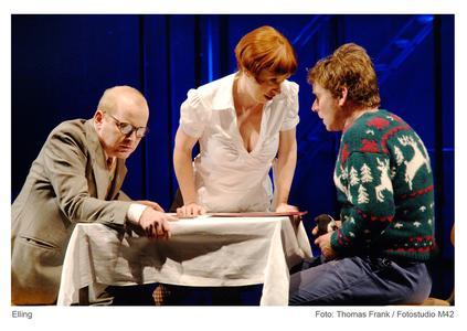Till Schmidt (Elling); Katharina Voss (hier als Kellnerin); Kai Windhövel (Kjell Bjarne) (Foto: Fotostudio m42 / Thomas Frank)