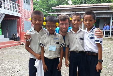 Christian Lutsch mit Schülern der UMAS-Grundschule in Kalaymyo/Myanmar © Foto: Debora Preuß/APD