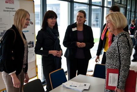 Ministerin Wanka im Gespräch mit Technikantin Jennifer aus dem Moore,  Claudia Vallo (VW Osnabrück) und Nina Krumme (Volkswagen AG), Foto: Martin Ritzmann