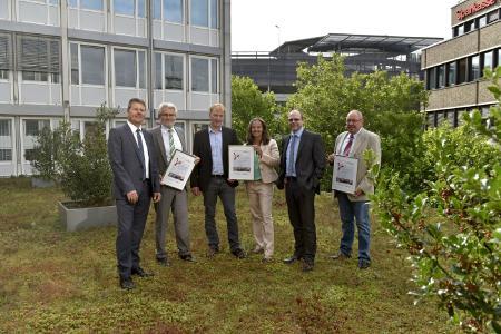 Fototermin auf dem Gründach: Bremens Umweltsenator Dr. Joachim Lohse zeichnet AOK Bremen/Bremerhaven und Werkstatt Bremen für ihre CO2-Einsparungen als Klimaschutzbetriebe aus.