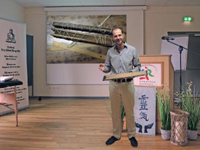 Oliver Drewes hält mehrmals im Jahr Vorträge über seine Erfahrungen mit und sein Buch über Palmblattbibliotheken.