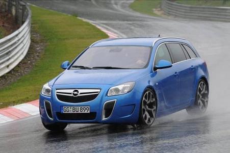 """Zum zweiten Mal in Folge gewinnt der Opel Insignia OPC Sports Tourer den Preis """"Sportscar des Jahres 2010"""" in der Kombi Kategorie von """"Auto Bild sportscars"""""""