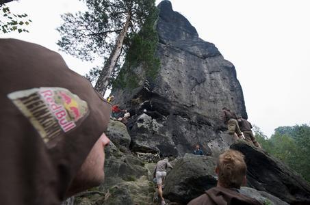 Klettern im Elbsandsteingebirge. Foto: Red Bull Steinkönig/Andreas Lamm