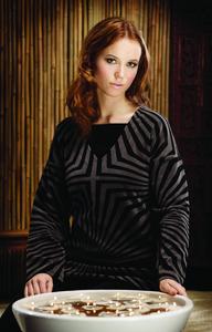 Feminin und luxuriös — Elegant, klar und grafisch – die Tunika aus edlem Samtvelour sieht ebenso luxuriös aus, wie sie sich anfühlt (70,– EUR)*.